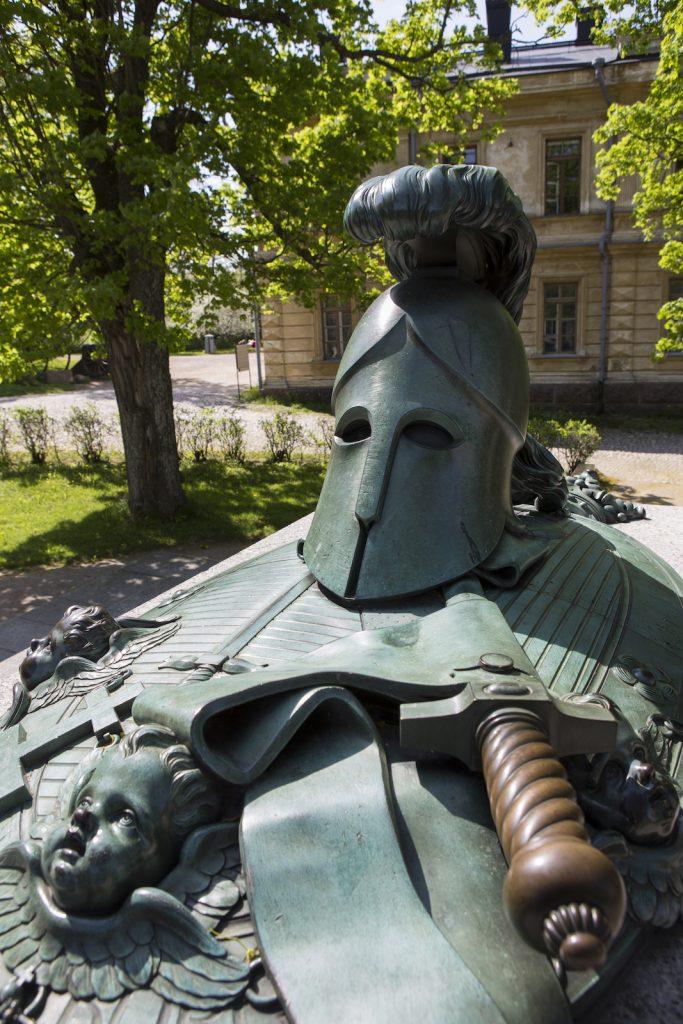 Ehrensvärdin hauta Linnanpihalla Suomenlinnassa, kuva SLHK