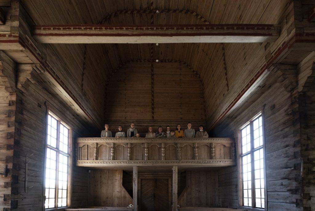 Ihmisiä Petäjäveden vanhan kirkon parvella