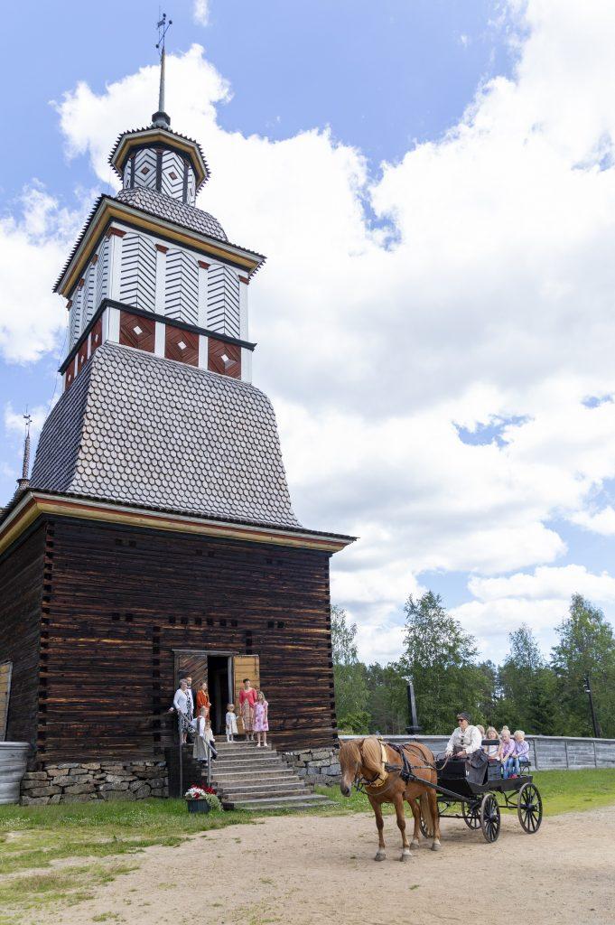 Kirkko ja hevoskärry kuva Anne Kalliola 1