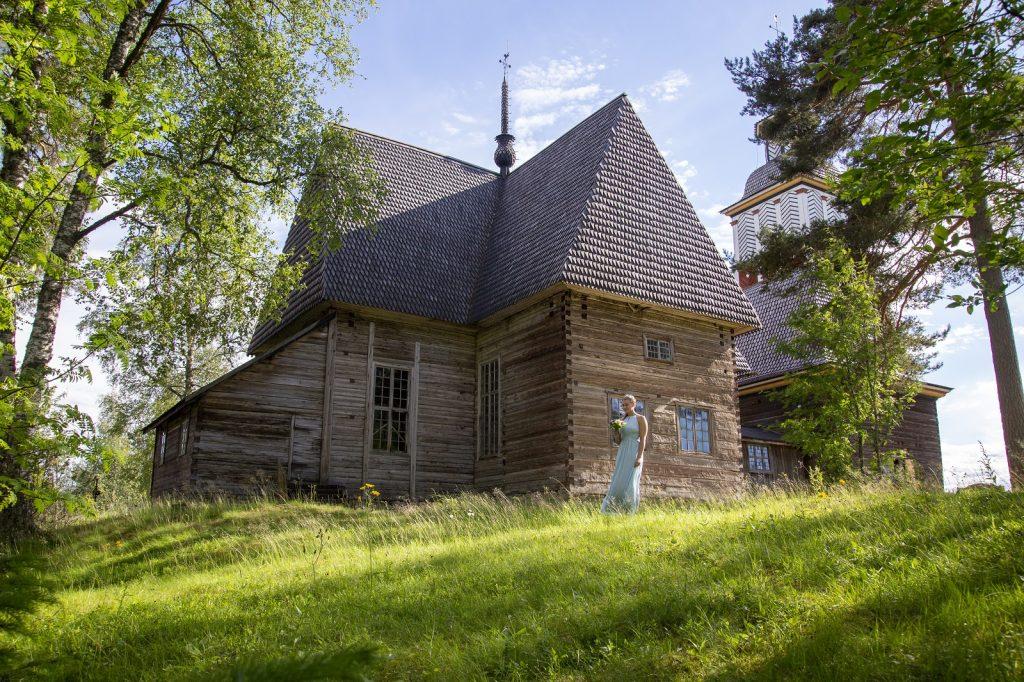 Petäjäveden vanha kirkko ja neito kuva Anne Kalliola