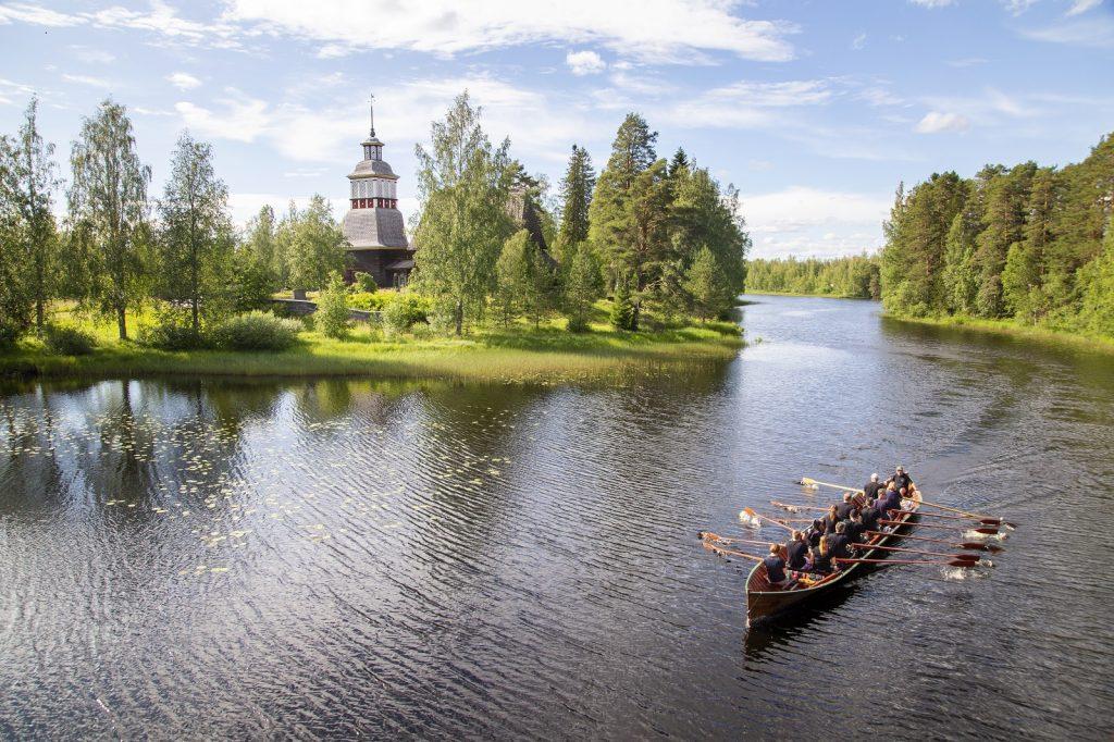 Petäjäveden vanha kirkko ja vene kuva Anne Kalliola