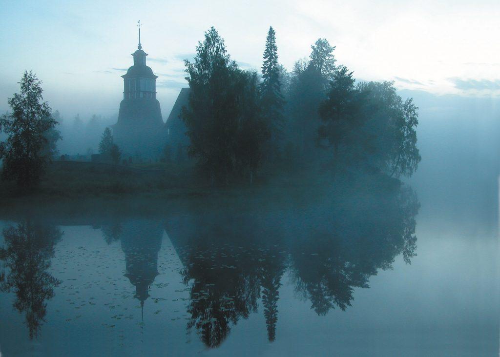 Petäjäveden vanha kirkko sumussa 3