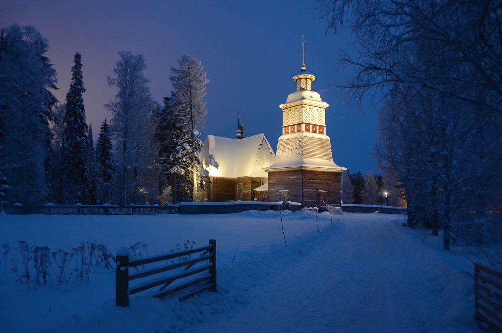 Petäjäveden vanha kirkko talviyönä pieni