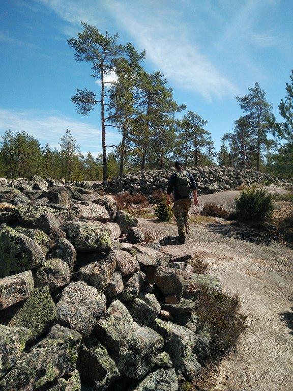 Retkeilijä Sammallahdenmäellä kuva Rauman kaupunki 4