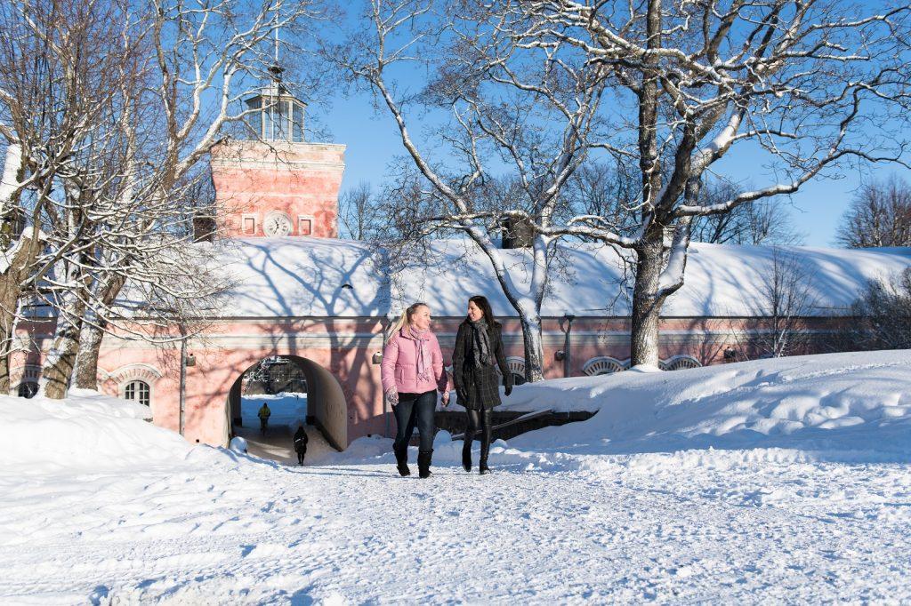 Suomenlinnan kävijöitä talvella Rantakasarmin edessä